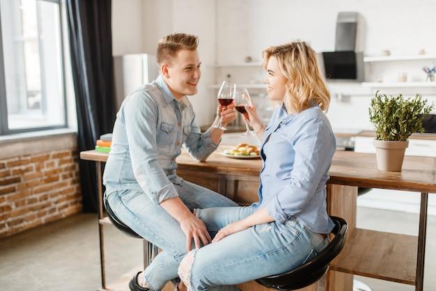 Attraktives liebespaar, das am tisch sitzt, romantisches abendessen.