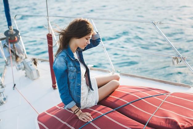 Attraktives mädchen auf einer yacht auf see