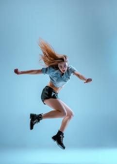 Attraktives mädchen, das twerk im studio tanzt