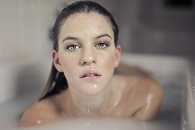 Attraktives mädchen im bad