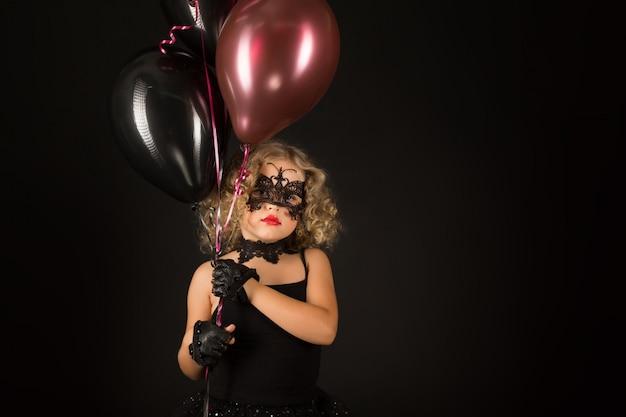 Attraktives mädchen im halloween-kostüm
