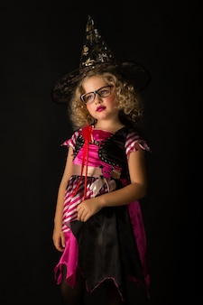 Attraktives mädchen im hexenhalloween-kostüm