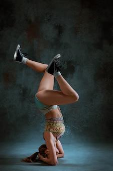 Attraktives mädchen tanzt twerk