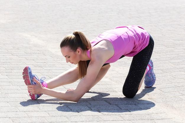 Attraktives sportmädchen auf der straße