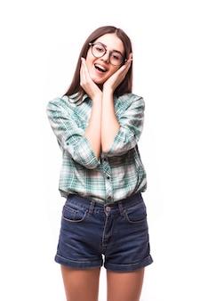 Attraktives überraschtes aufgeregtes lächeln-teenager-mädchen, mit weißen zähnen, über weißem konzept des glücklichen schülers