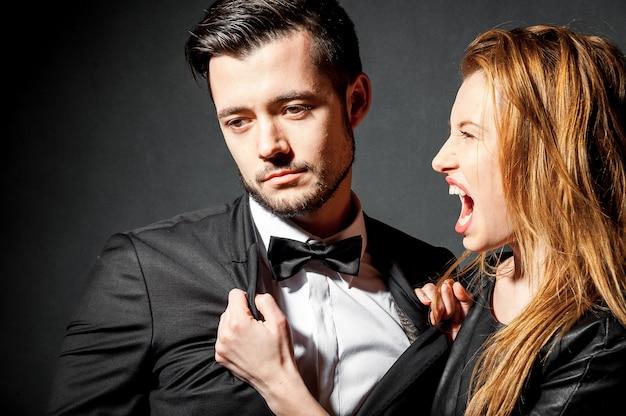 Attraktives wütendes paar, das kämpft