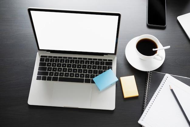 Attrappe, lehrmodell, simulation. computer-laptop, haftnotizen und kaffeetasse auf dem schreibtisch.