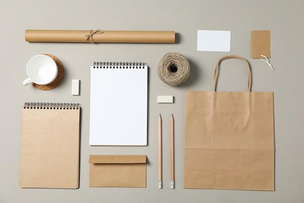 Attrappe, lehrmodell, simulation. firmenbriefpapier auf grauem hintergrund. flach liegen