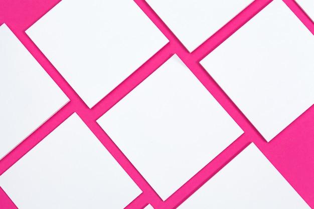 Attrappe, lehrmodell, simulation . karten papiere auf rosa. draufsicht, flache lage, copyspace