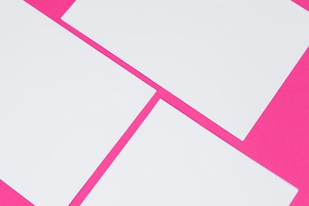 Attrappe, lehrmodell, simulation . karten papiere auf rosa. draufsicht, flache lage, kopienraum