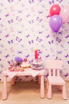 Attribute der kinderfeiertage, cupcakes, kuchen, mützen, familienfeier