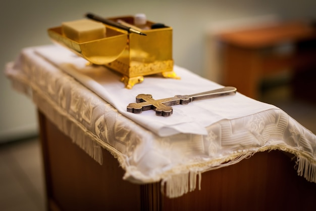 Attribute eines orthodoxen priesters für die taufe.