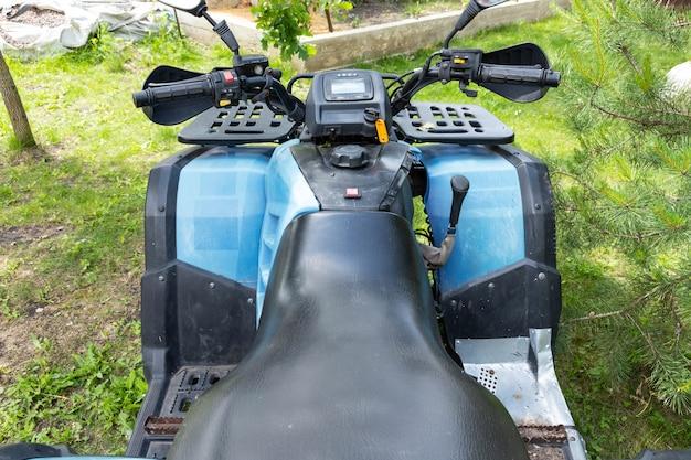Atv quad bike blaue farbe für die reise vorbereitet. sicht von oben