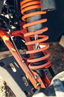 Atv quad, detailaufnahme: scheinwerfer, stoßdämpfer