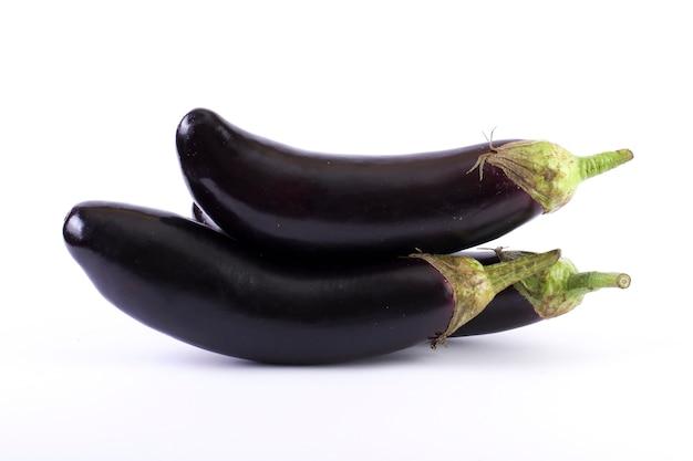 Aubergine auf weißem grund. auberginen sind frisch und lecker. frisches gemüse auf weißem hintergrund.