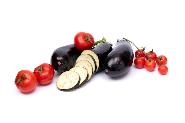 Aubergine mit kleinen tomaten. auberginen isoliert auf weißem hintergrund mit tomaten.