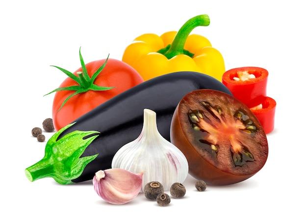 Aubergine, tomate, pfeffer und knoblauch lokalisiert