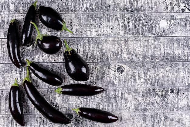 Auberginen draufsicht auf einem grauen hölzernen freien raum für ihren text