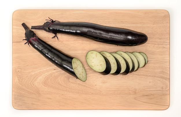 Auberginen- oder auberginengemüse auf schneidebrett