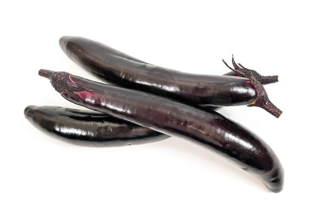 Auberginen- oder auberginengemüse auf weißem hintergrund