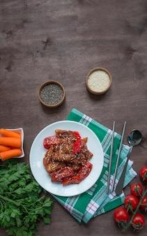 Auberginen-, paprika- und karottensalat. koreanischer auberginensalat. vegetarismus. asiatisches essen. platz kopieren. flach liegen. menütabelle im hintergrund.