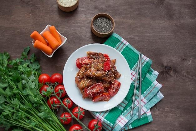 Auberginen-, paprika- und karottensalat. koreanischer auberginensalat. weißer hintergrund. vegetarismus. sicht von oben. platz kopieren. flach liegen.