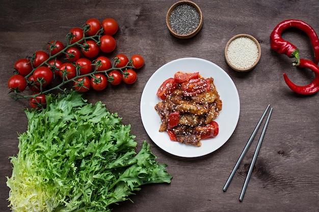 Auberginen-, pfeffer- und karottensalat. koreanischer auberginensalat. vegetarismus. sicht von oben. kopieren sie platz. flach liegen.
