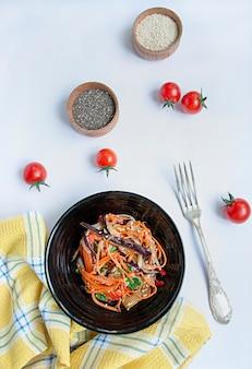Auberginen-, pfeffer- und karottensalat koreanischer auberginensalat. weiß . . vegetarismus. sicht von oben. copyspace. flach liegen.