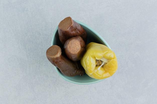 Auberginen und eingelegte paprika in einer schüssel