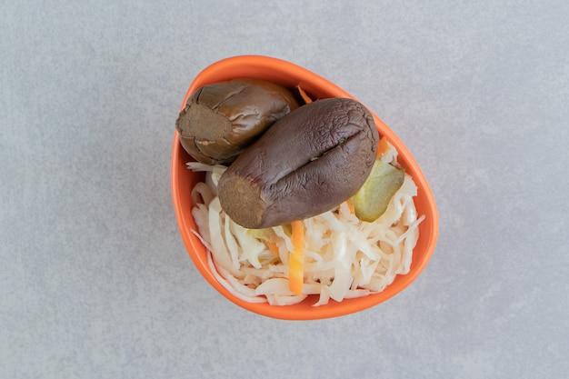 Auberginen und sauerkraut in einer schüssel