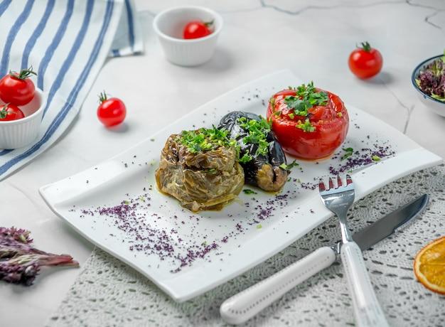 Auberginendolma mit tomate und grünem pfeffer