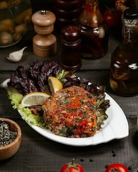 Auberginenkaviar, serviert mit zitrone und basilikum