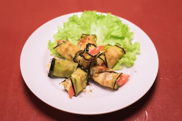 Auberginenröllchen mit käsetomaten und salat georgische küche