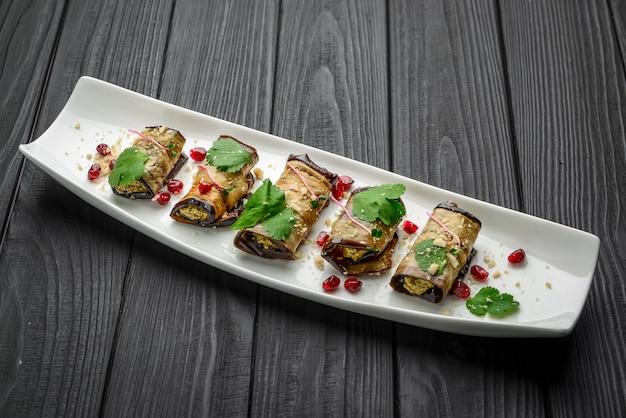 Auberginenröllchen mit walnuss und knoblauch. georgische küche