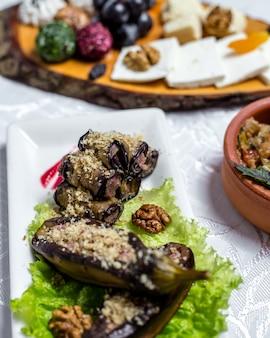Auberginenrolle walnüsse zwiebel knoblauch frischkäse auf salat seitenansicht