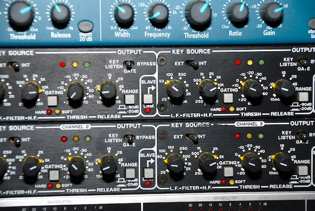 Audioeffektprozessoren in einem rack. tonaufnahmegeräte (mediengeräte). aufnahmestudio.
