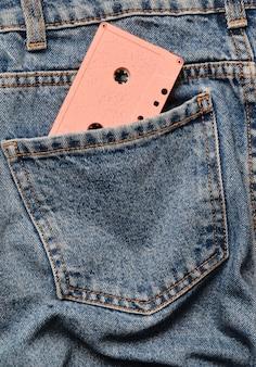 Audiokassette in der gesäßtasche der zerknitterten jeans