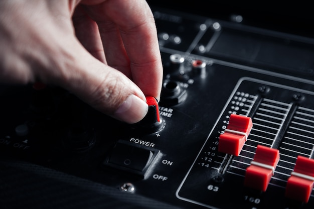 Audiomischer, toningenieur im raum