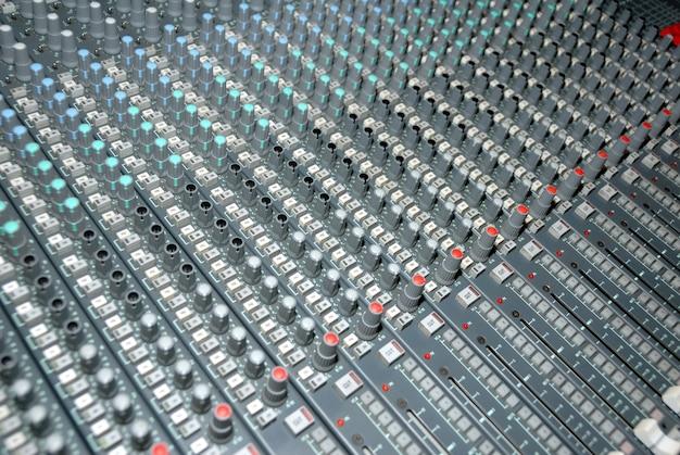 Audiomischpult in einem tonstudio. fader und regler eines sound-mixers.