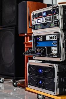 Audiosystem für die besprechungsarbeit.