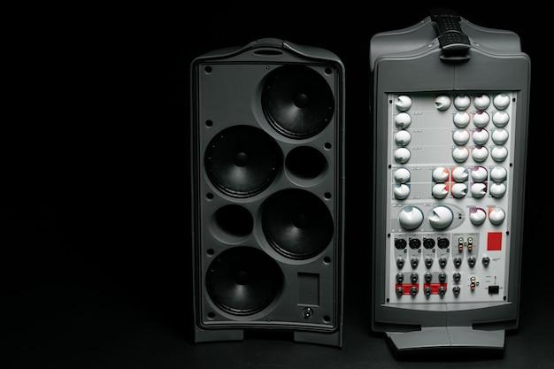 Audiosystem-stereospalte auf dunklem hintergrund