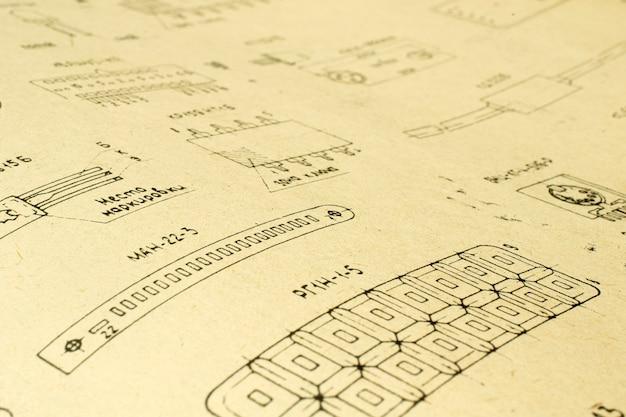 Auf altem papier gedruckte elektrische radioelemente als hintergrund für bildung, elektrizitätsindustrie, reparaturmaterial usw. selektiver fokus mit schärfentiefe.