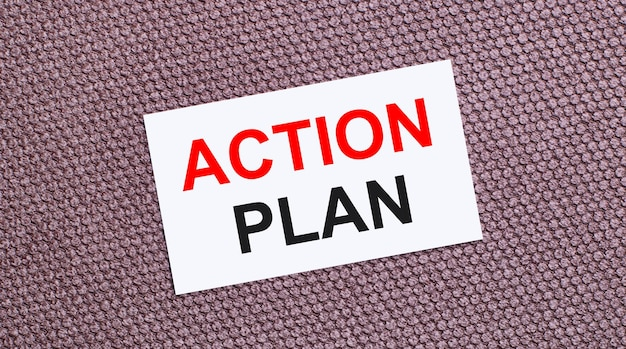 Auf braunem hintergrund eine weiße rechteckige karte mit dem text action plan