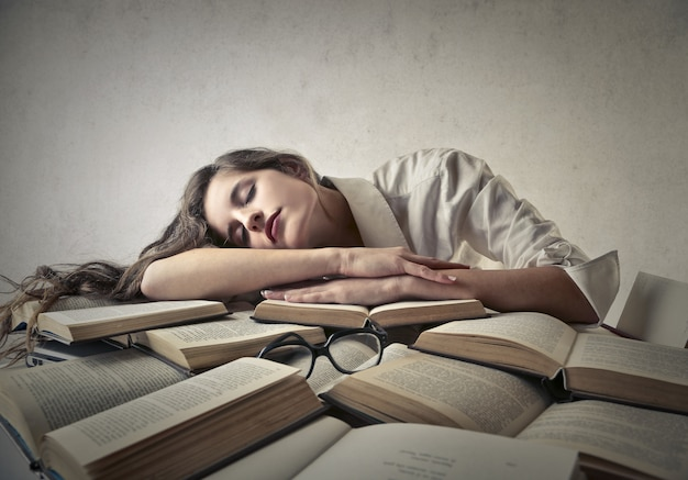 Auf büchern schlafen