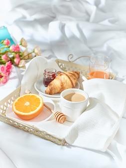 Auf dem bett frühstücken