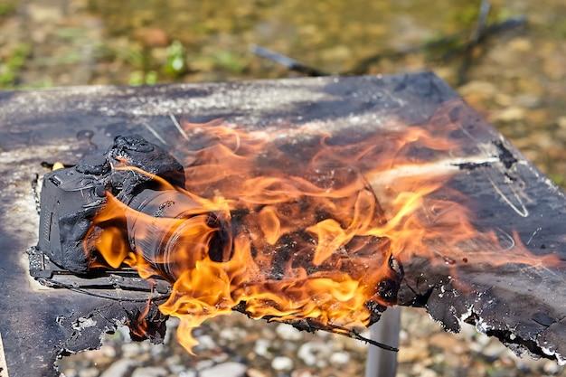 Auf dem campingplatz der touristen brennt die kamera, die sich bei waldbränden mit anderen gegenständen entzündet.