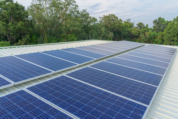Auf dem dach eines großen gebäudes installierte solarzellen sind voller schmutz und staub.
