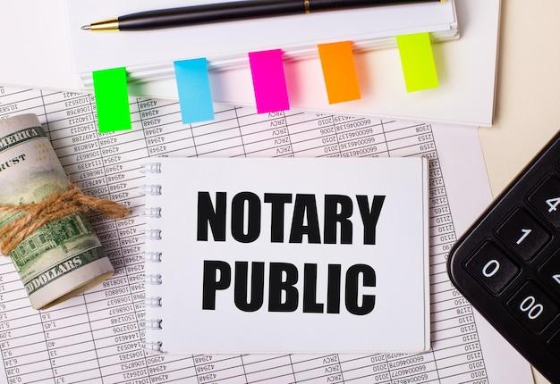 Auf dem desktop befinden sich berichte, notizblöcke, taschenrechner, stift, bargeld und notizblock mit bunten aufklebern und dem text notary public