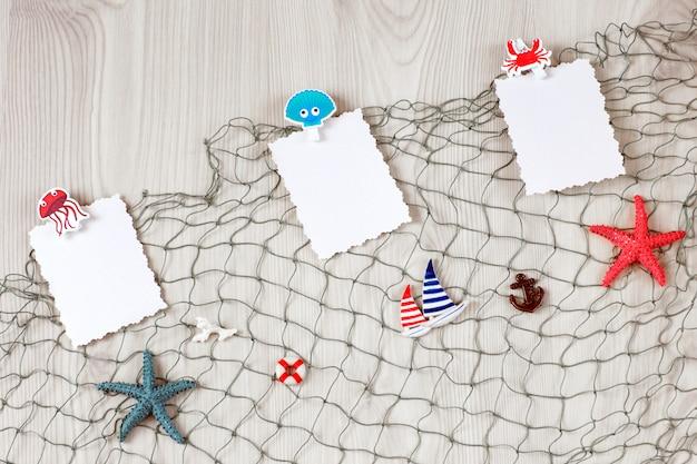 Auf dem fischernetz, marine dekor und briefpapier auf wäscheklammern - sommer hintergründe
