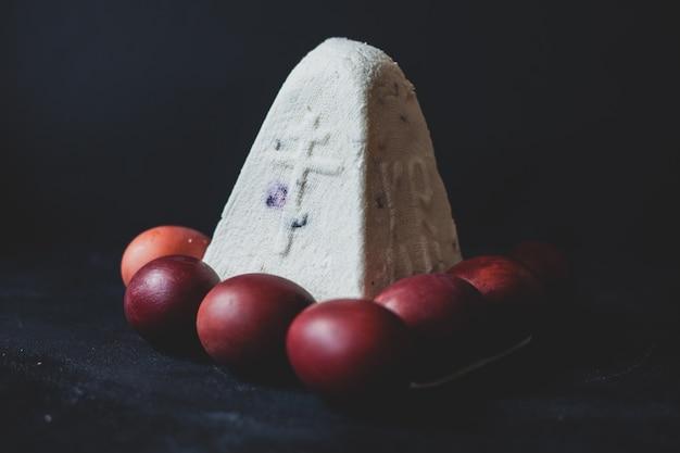 Auf dem foto ostern und eier. gedeckter tisch in der ukraine